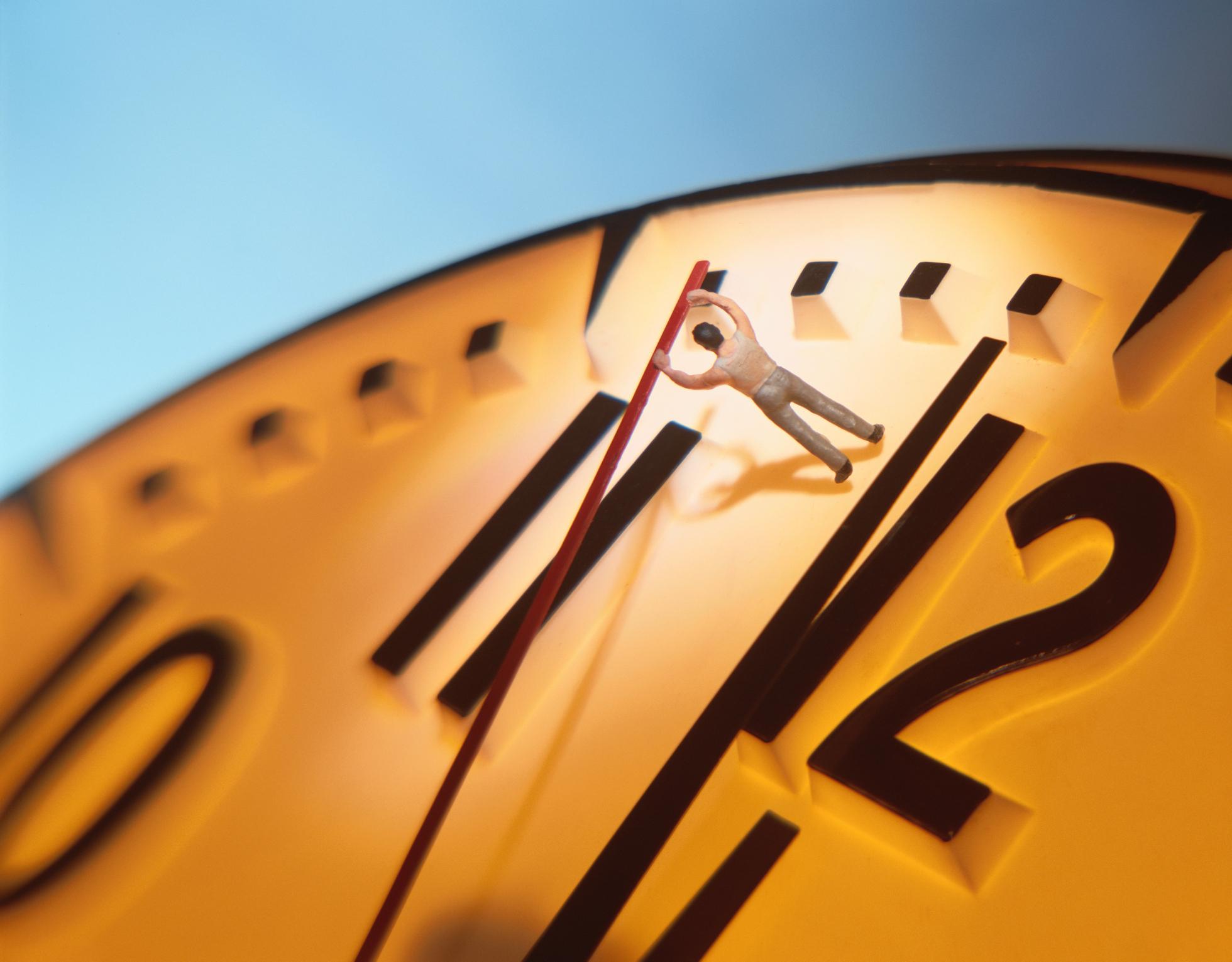 Imagem de boneco movendo ponteiro de relógio