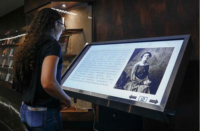 Mulher visitando a exposição