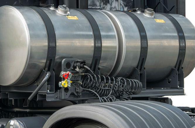 Detalhe de caminhão com tanque suplementar de combustível.
