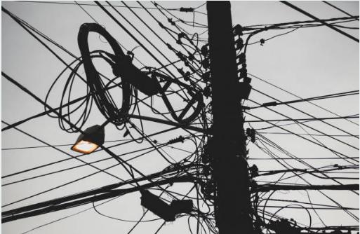 Poste com fios elétricos de alta tensão emaranhados