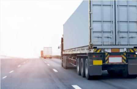 Caminhões trafegando numa rodovia