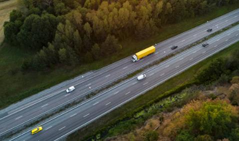 Imagem aérea de caminhão em estrada