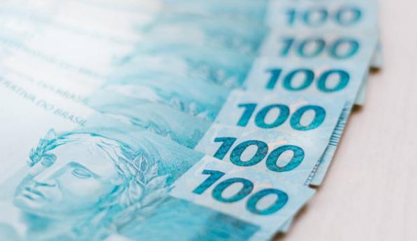 Notas de R$ 100 enfileiradas