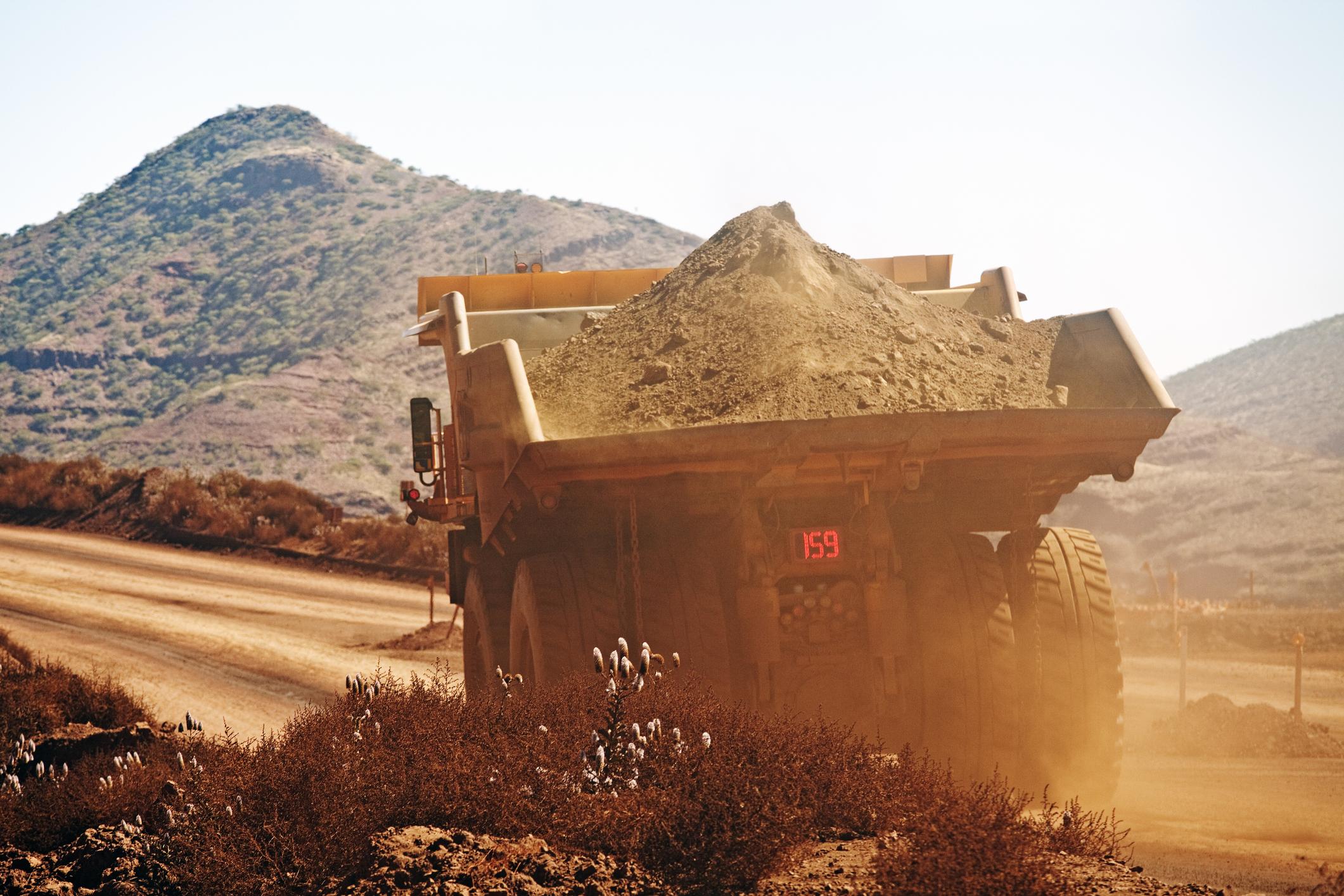 Caminhão fora de estrada em área de mineração