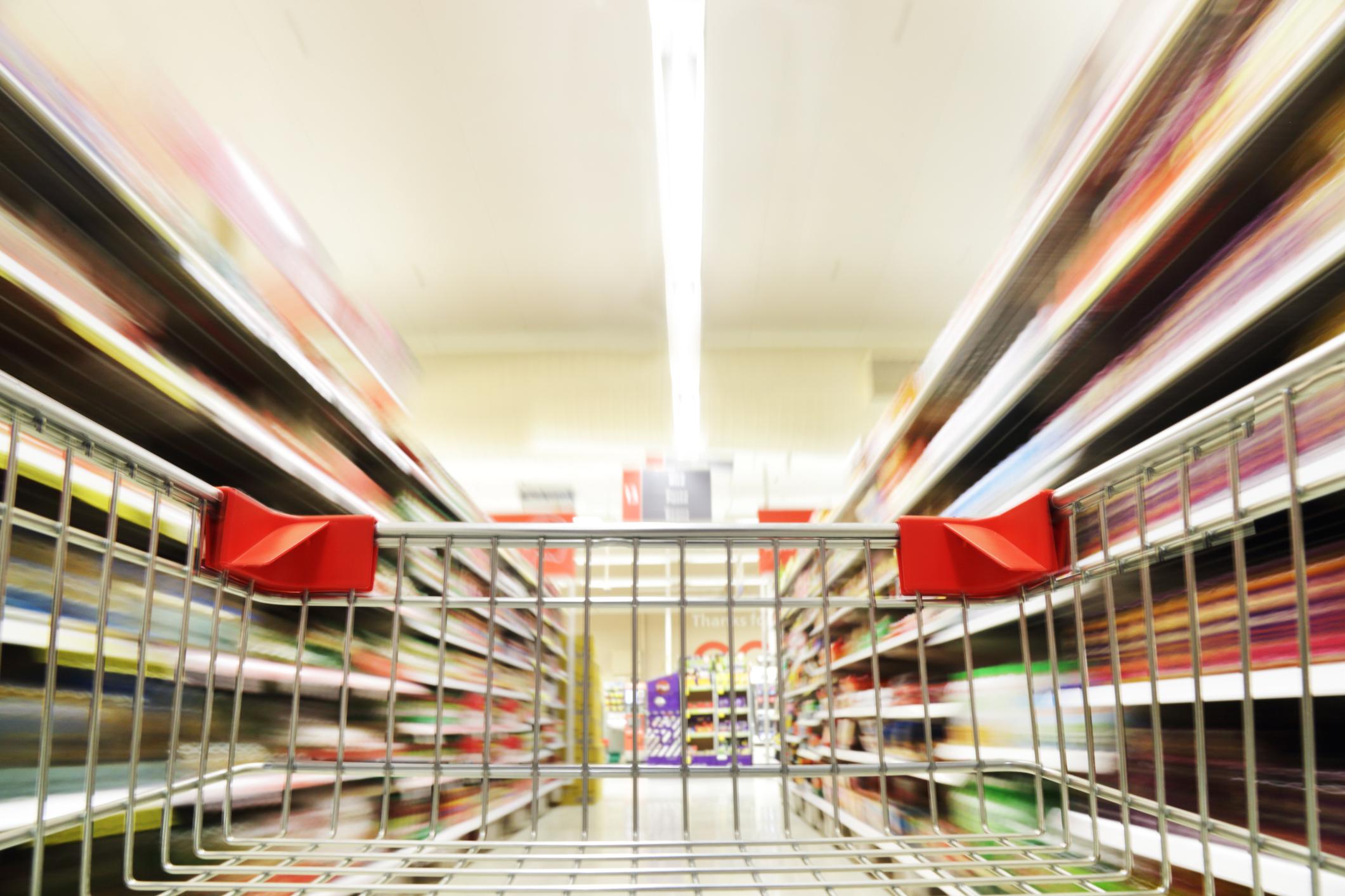 Detalhe de carrinho de compras em interior de supermercado
