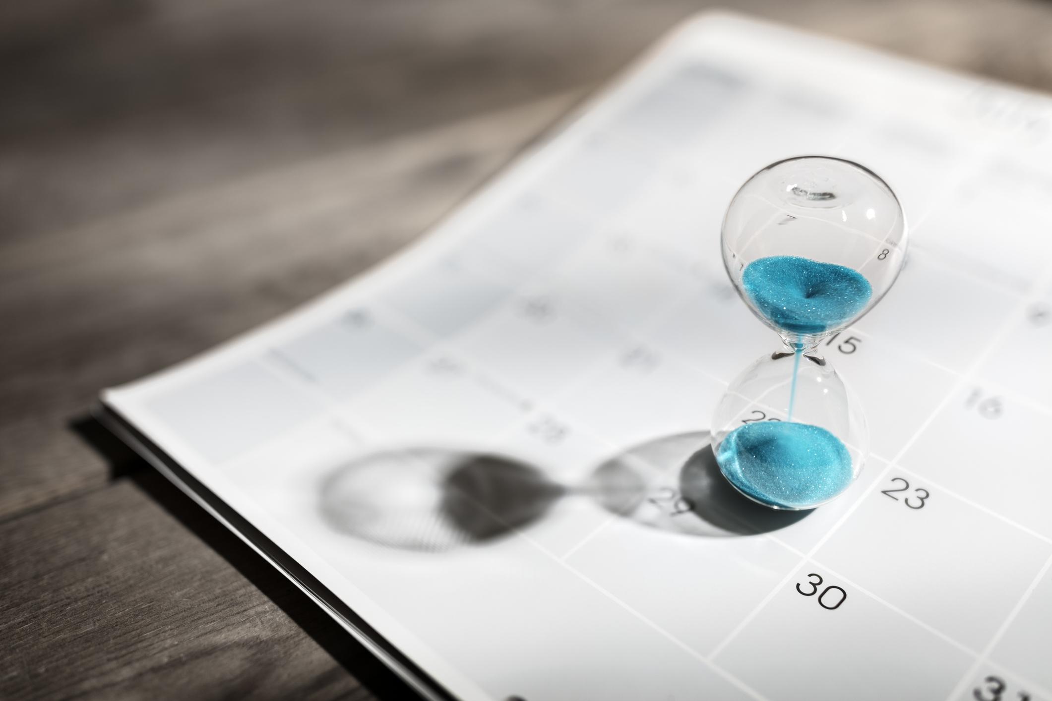 Ampulheta sobre calendário