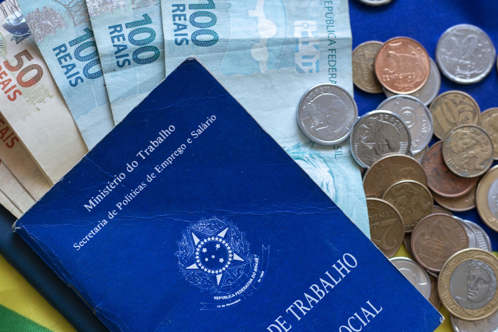 Carteira de trabalho, notas e moedas