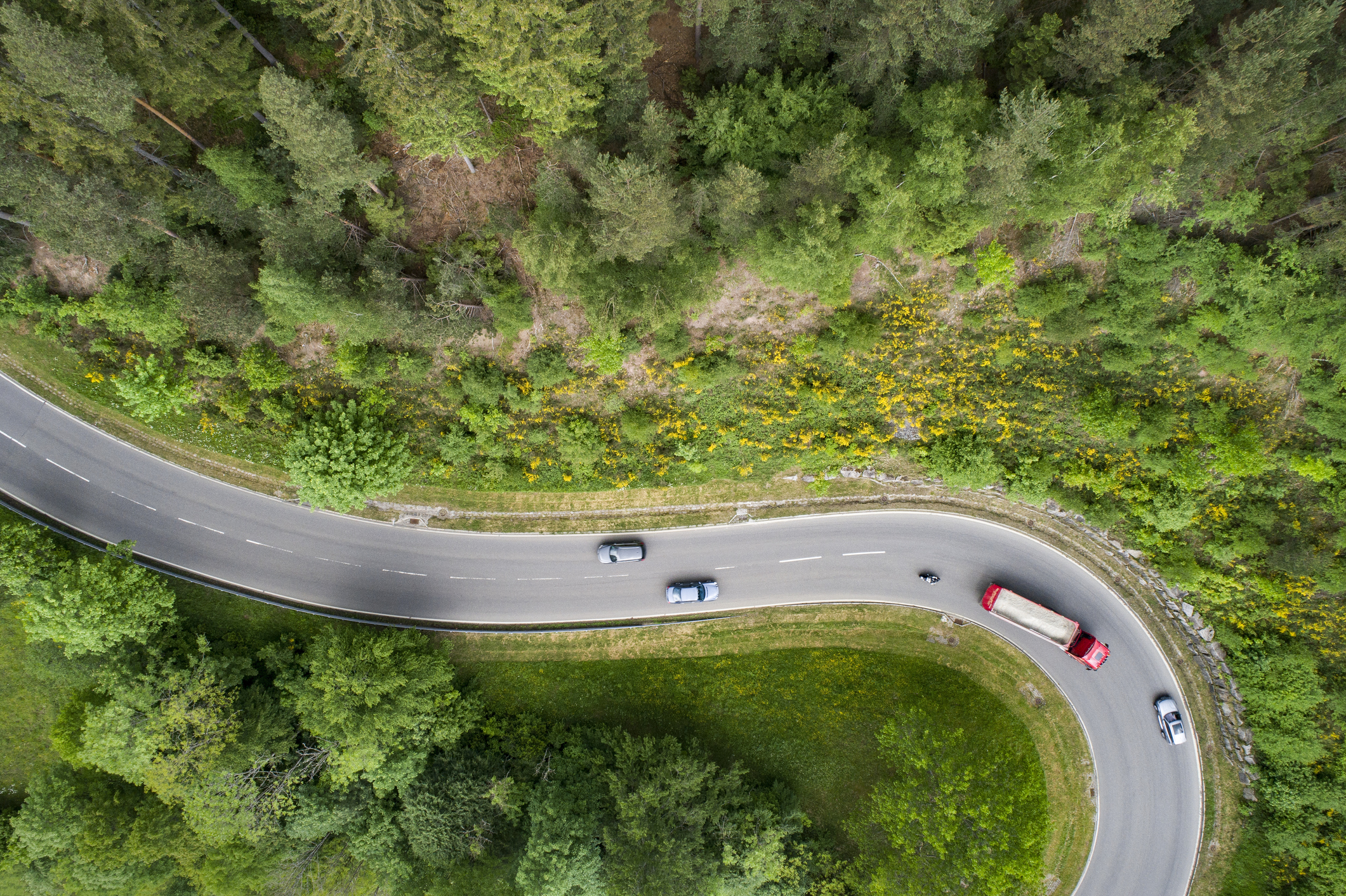 Imagem aérea de rodovia com caminhão e carros